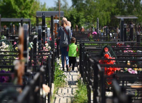 люди на кладбище