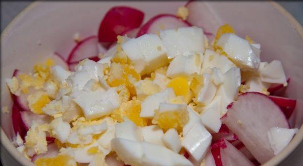 Редис и отварное яйцо в миске