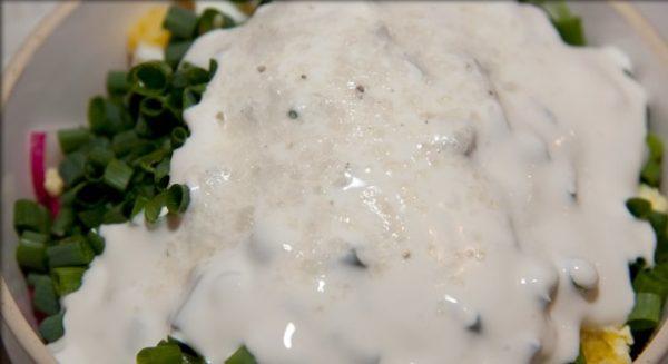 Редис, отварное яйцо и зелёный лук в миске со сметаной и солью