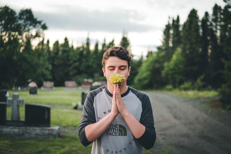 Юноша на фоне кладбища