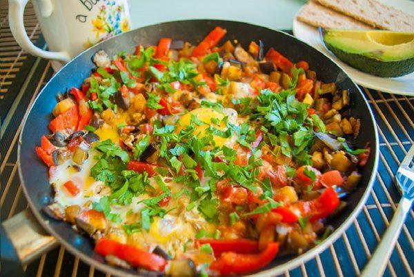 Овощная яичница в сковороде