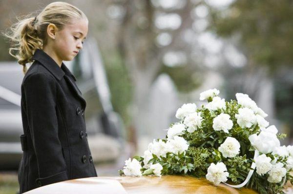 Девочка перед могилой