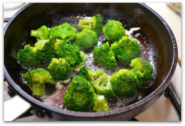 Брокколи в сковороде