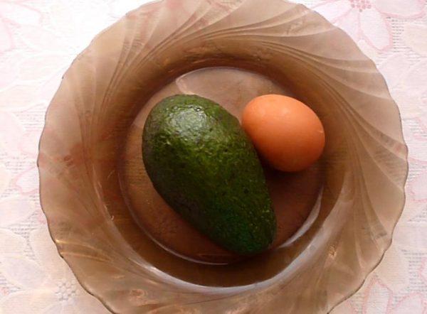 Авокадо и яйцо