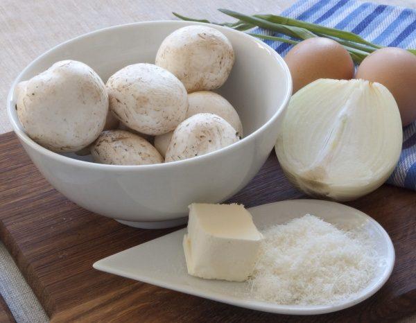 Яйца, шампиньоны и лук