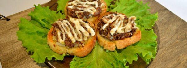 Горячие бутерброды на листьях салата