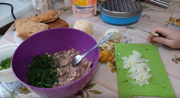 Как приготовить бутерброд с сайрой (рецепт 1): приготовление начинки