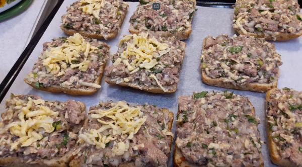 Как приготовить бутерброд с сайрой (рецепт 1): выкладывание на противень