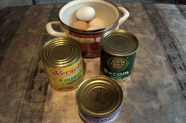 Сайра, кукуруза, фасоль, яйца