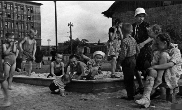 Советские дети играют во дворе