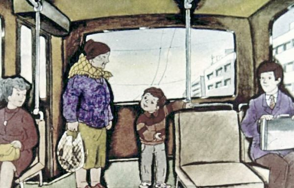 Мальчик уступает место старушке
