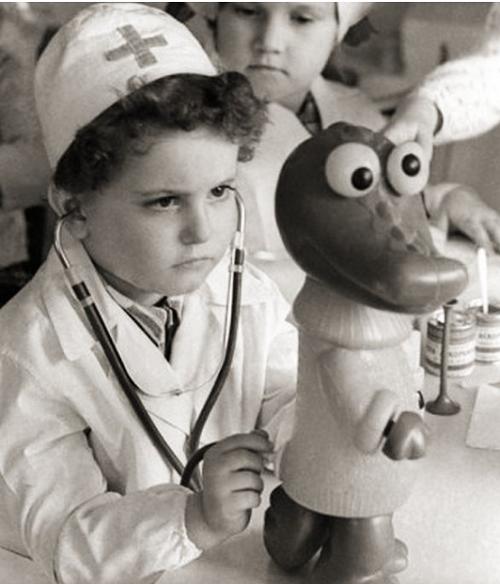 Советский мальчик лечит игрушечного крокодила