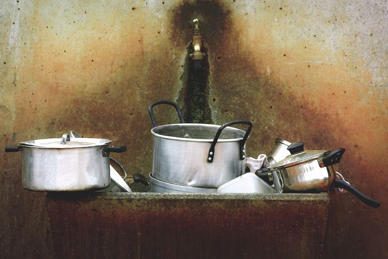 Мойка с грязной посудой