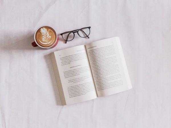 Книга, очки и кофе