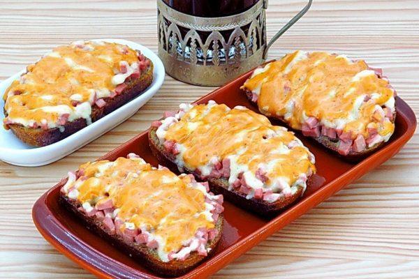 Горячие бутерброды с сосисками и горчичным соусом