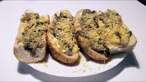 Горячие бутерброды с грибами и яйцами