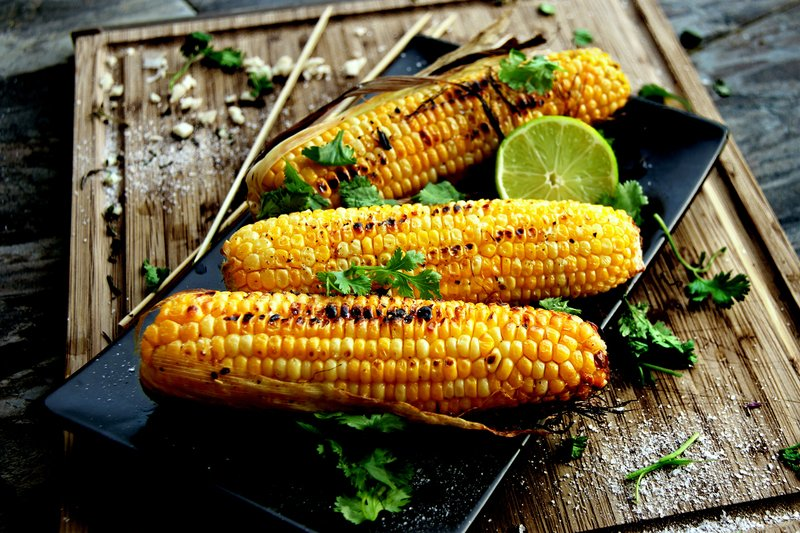 Аппетитная кукуруза на мангале может быть прекрасной закуской, самостоятельным блюдом или дополнением к основному блюду