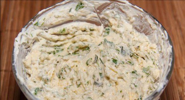 Сливочный соус с зеленью в небольшой стеклянной ёмкости