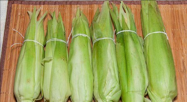 Кукурузные початки в листьях, скреплённых кулинарным шпагатом