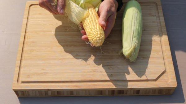 Очистка кукурузных початков от листьев
