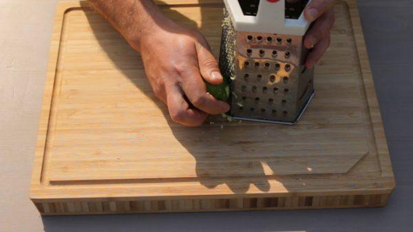 Подготовка лаймовой цедры с помощью металлической тёрки