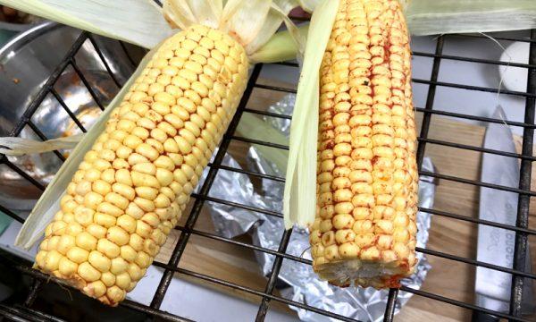 Початки кукурузы со специями на металлической решётке