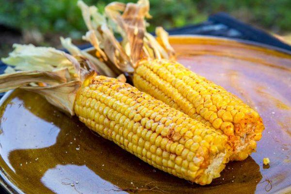Приготовленная на мангале кукуруза с молотой паприкой