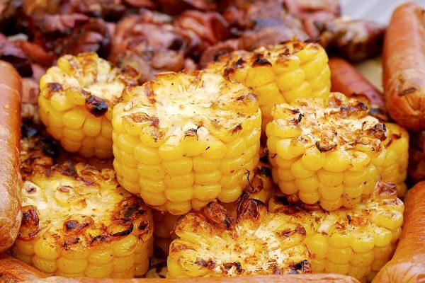 Приготовленная на мангале кукуруза кружочками