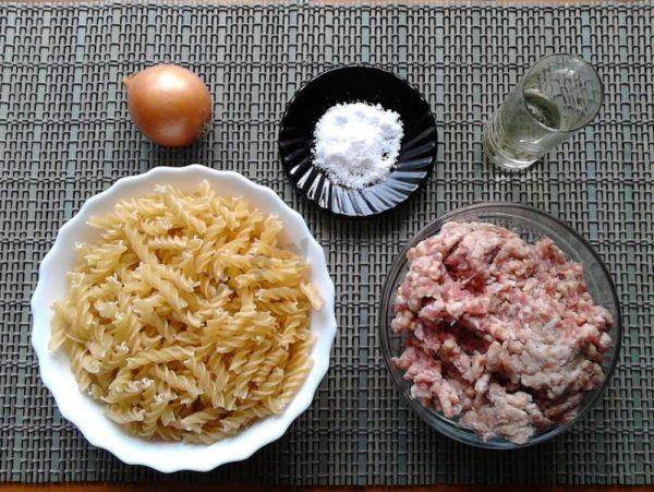 Макароны, лук, фарш и соль