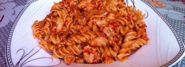 Тарелка с макаронами по-флотски с томатом
