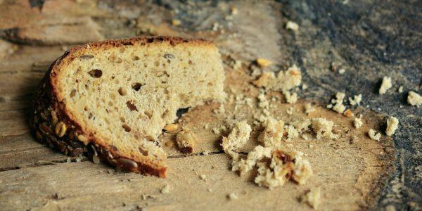 Хлеб и крошки на столе