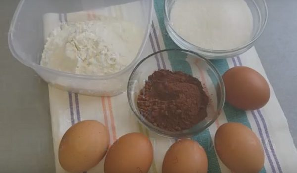 Яйца, мука, какао, сахар