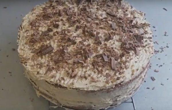 Готовый торт с кремом из халвы
