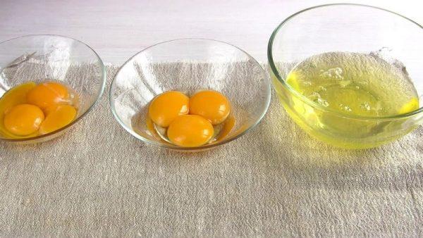Белки и желтки в мисках