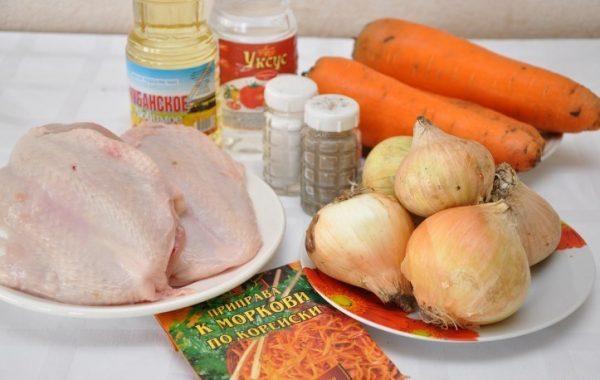 Сырая куриная грудка, овощи и другие добавки для корейского салата на столе