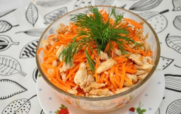Хе из курицы и моркови по корейски в салатнике на столе