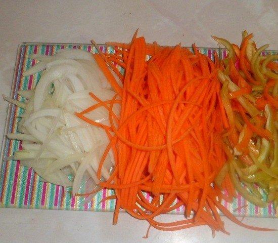 Нарезанные разными способами сырые овощи на разделочной доске