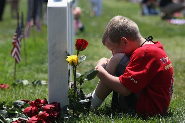 Ребёнок на кладбище