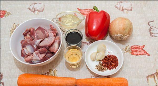 Продукты для приготовления хе с куриными желудками на столе