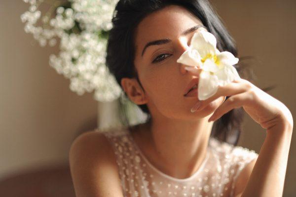 Девушка с орхидеей в руке