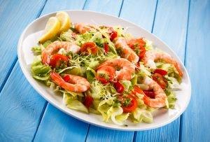 Имея минимальный набор продуктов и кулинарную фантазию вы сможете украсить стол вкусным салатом за считаные минуты