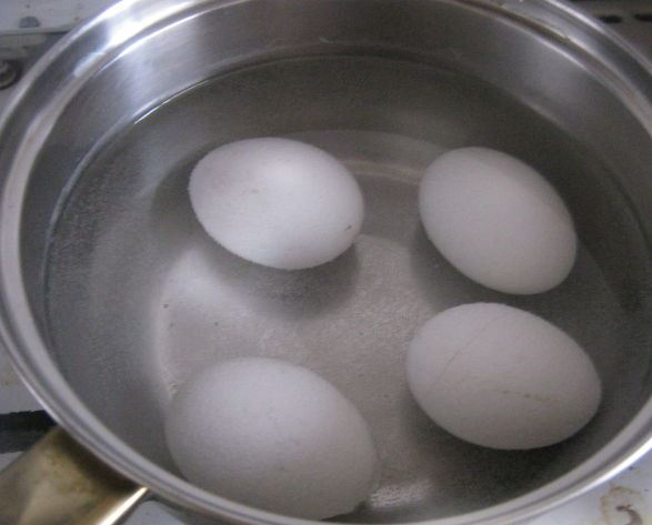 Куриные яйца в кастрюле с водой