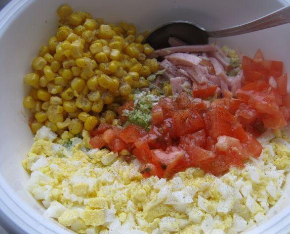 Подготовленные ингредиенты для быстрого закусочного салата в большой миске