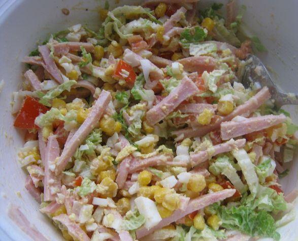 Закусочный салат с ветчиной и кукурузой в большой миске