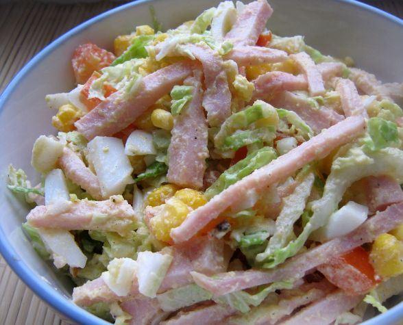 Закусочный салат с ветчиной и консервированной кукурузой в керамической ёмкости небольшого объёма