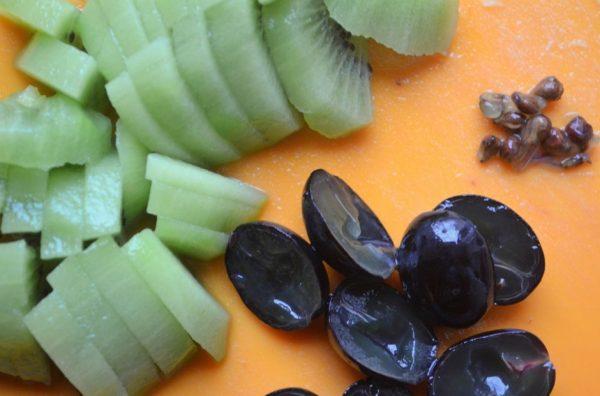 Кусочки киви и половинки очищенного от косточек винограда