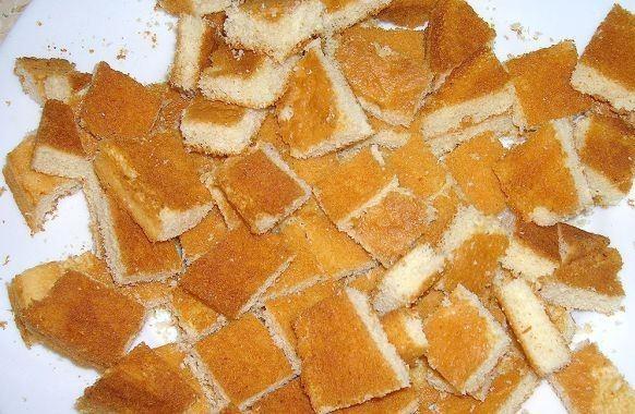 Порезанный на кусочки бисквитный корж