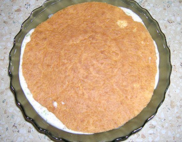 Прикрытая бисквитным коржом заготовка для торта «Битое стекло» в стеклянном салатнике
