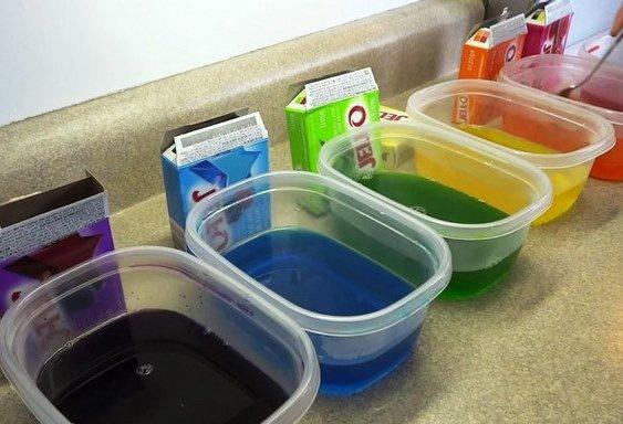 Желе разных цветов в отдельных ёмкостях на столе