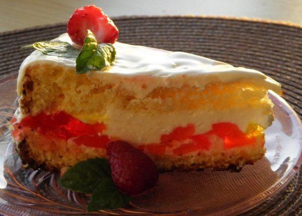 Порционный кусочек торта «Битое стекло» с творогом, украшенный свежей клубникой и листочками мяты